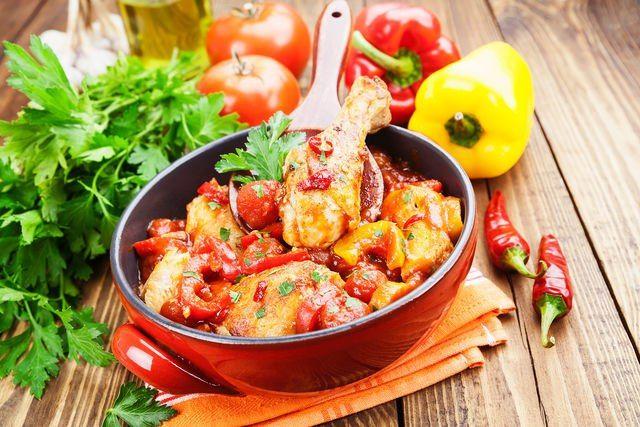Приготовление тушеных блюд: инструкция к применению. Тушеные блюда — всеобщие любимцы. Не найдется человека, который откажется от мясного рагу с молодым картофелем или равнодушно отодвинет пиалу с ароматным овощным соте. Тушеная белокочанная капуста с фасолью и шампиньонами, сом в нежном сметанном соусе, гуляш из медовой тыквы с чесноком — это вкусно и полезно.  #едимдома #готовимдома #домашняяеда #тушение #какприготовить #советы