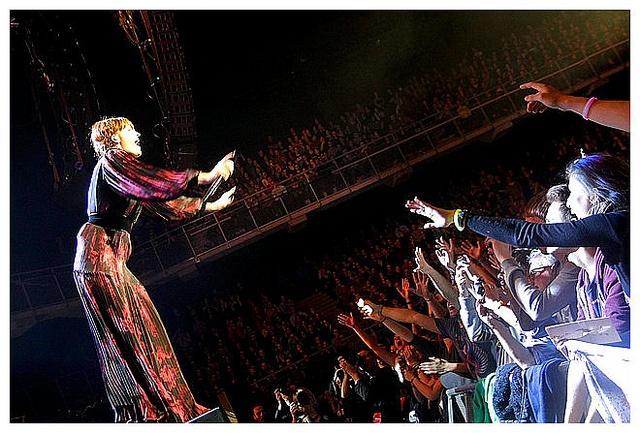 Florence Welch, alias Florence + the Machine, betoverde op zondag 25 november de hele Lotto Arena (Antwerpen) met haar innemende persoonlijkheid en sterke songs!