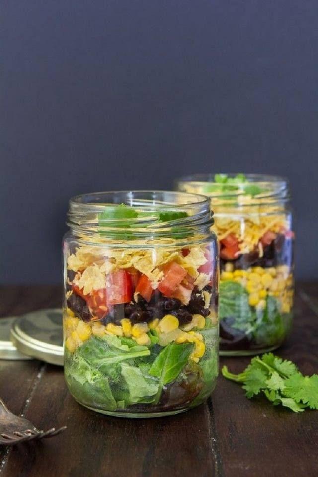 ENSALADA EN FRASCOS - Tip: Vegetales secos y sin contacto c/ el adherezo. Se puede preprar hasta c/ 5 dias de antelacion. Condimento: 1 parte de aceto con sal, pimienta negra molida, 1cdita de mostaza y 2 partes de aceite de oliva. Colocar en el frasco. • Champiñon crudo en laminas.• Tomatitos cherry al 1/2.• 2 cdas de arroz integral cocido en caldo. (frio)• Unas hojas de Rúcula, partirlas con las manos (xq se oxidan) y completar el frasco hasta arriba.Los vegetales bien secos.