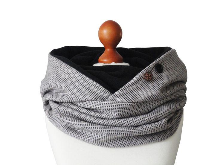 Modischer und ausgefallener Kapuzenschal mit einer XXL Kapuze. Der Schal ist aus aus einem festen Wolltweed in der Farbe blassrosa-schwarz und von inn