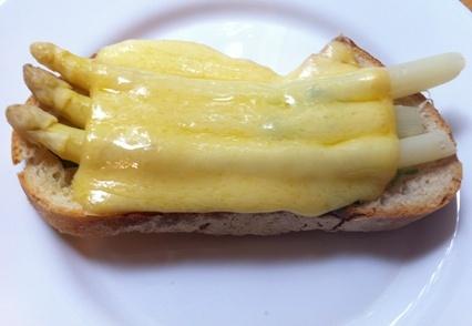 Spargel-Käse-Brot