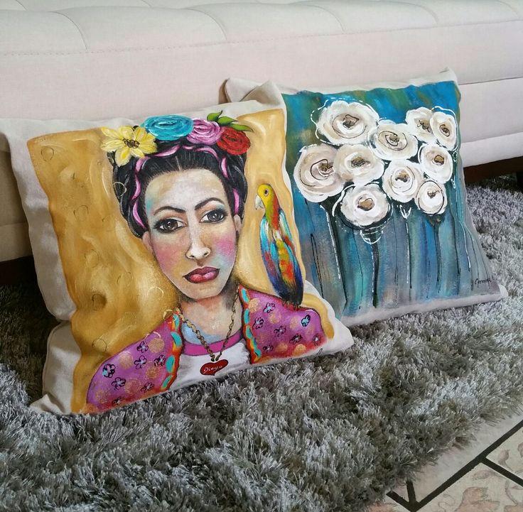 Cojin de Frida y cojin de flores. Pintado a mano.  De carmina.alcala.art