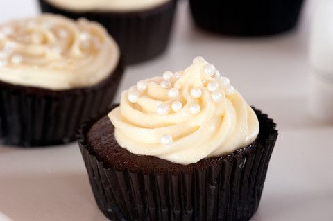 12 Chocolate cupcakes with vanilla buttercream