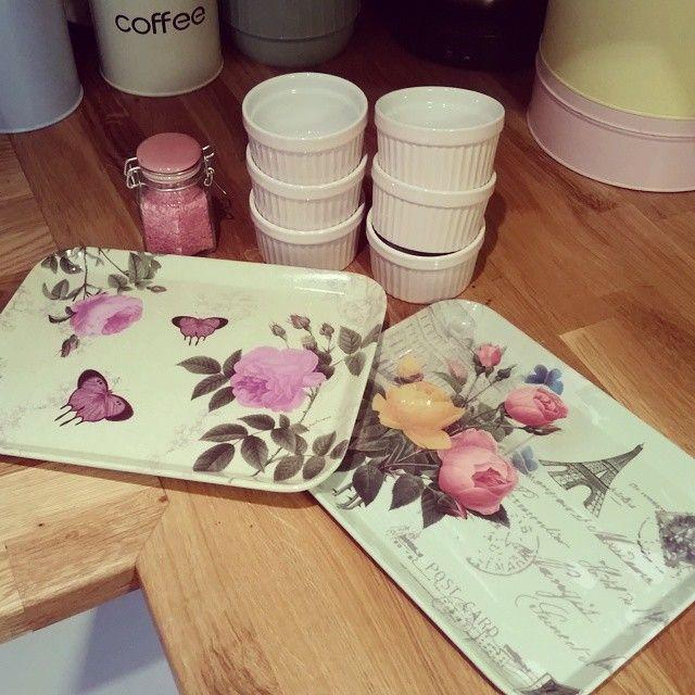 Idag kunde jag inte låta bli när jag klev in på Ö&B. Det blev 6 små ugnsfasta formar, två brickor och en liten glasburk för lite rosa pärlsocker  #ugnsform #ugnsformar #rosa #pink #öob #bricka #brickor #glasburk #pasteller #pastellfärger #merfärgåtfolket #pastellover #pastellove #detaljer #inredningsdetaljer #kök #köksdetaljer #köksinredning #köksinspiration #retro #tips #tipstillhemmet #finthemma #finahem #mint #fjärilar #butterfly #rosor #roses