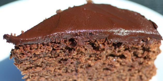 Et stykke helt klassisk chokoladekage går man aldrig galt i byen med. Dejlig svampet og med en fløjlsblød chokoladecreme på toppen.