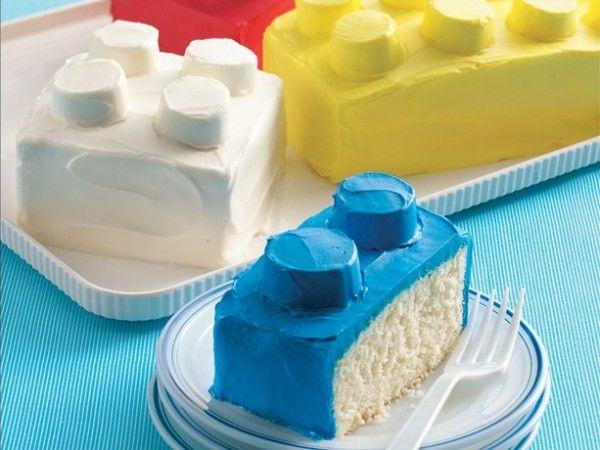 Pour créer des gâteaux en briques LEGO, il suffit de les recouvrir d'un glaçage vanille coloré rouge, jaune ou bleu, et de les surmonter de quelques guimauves. Une idée de surprise d'anniversaire ! #birthdaycake #legocake