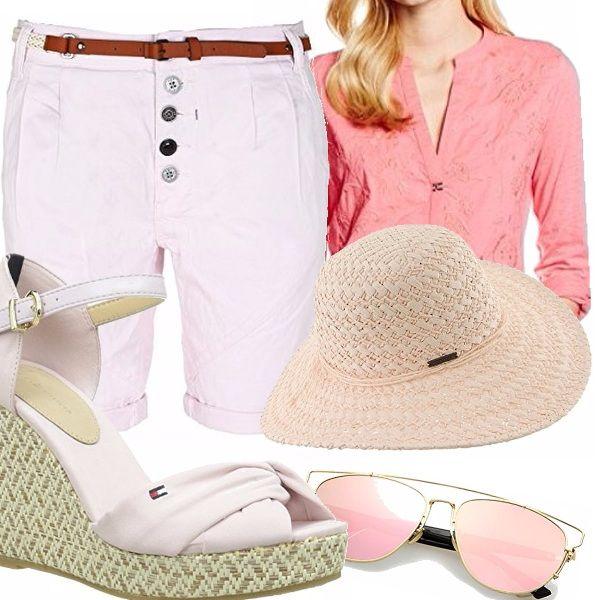 Outfit perfetto per le passeggiate estive in città o in vacanza. Short rosa tenue abbinati alle eleganti zeppe. Blusa con scollo a V e delicati ricami. Fondamentali gli accessori: cappello e occhiali.