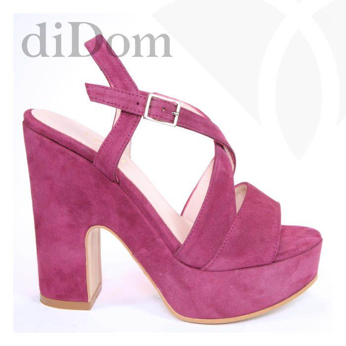 Sandalias en color buganvilla. Perfectas para dar un toque de color a tu look. Color exclusivo de nuestra tienda