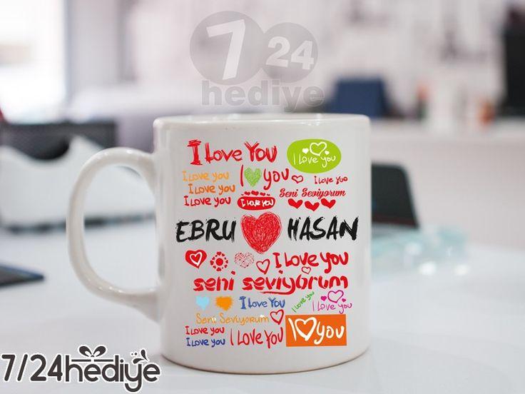 Sevgiliniz çayını, kahvesini her yudumladığında sizi hatırlasın istemez misiniz?  Sevgiliye hediye olarak tasarlanan bu kupa bardak ile sevgilinizi şaşırtın! Sizin ve sevgilinizin ismine özel hazırlanan bu hediye ile sevgiliniz evde veya ofiste çayını, kahvesini yudumlarken yıllarca sizi hatırlayacaktır. Size özel kupa bardağınız, bardağın her iki yüzüne de baskı yapılarak gönderilmektedir.  Dilerseniz kupa bardağınızı +5TL fark ile *Sihirli kupa olarakta sipariş edebilirsiniz. *Sihirli…
