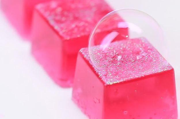 Uh, possiamo parlare di come ipnotizzante questi sono da guardare?   These DIY Bath Jellies Are Way Too Cute