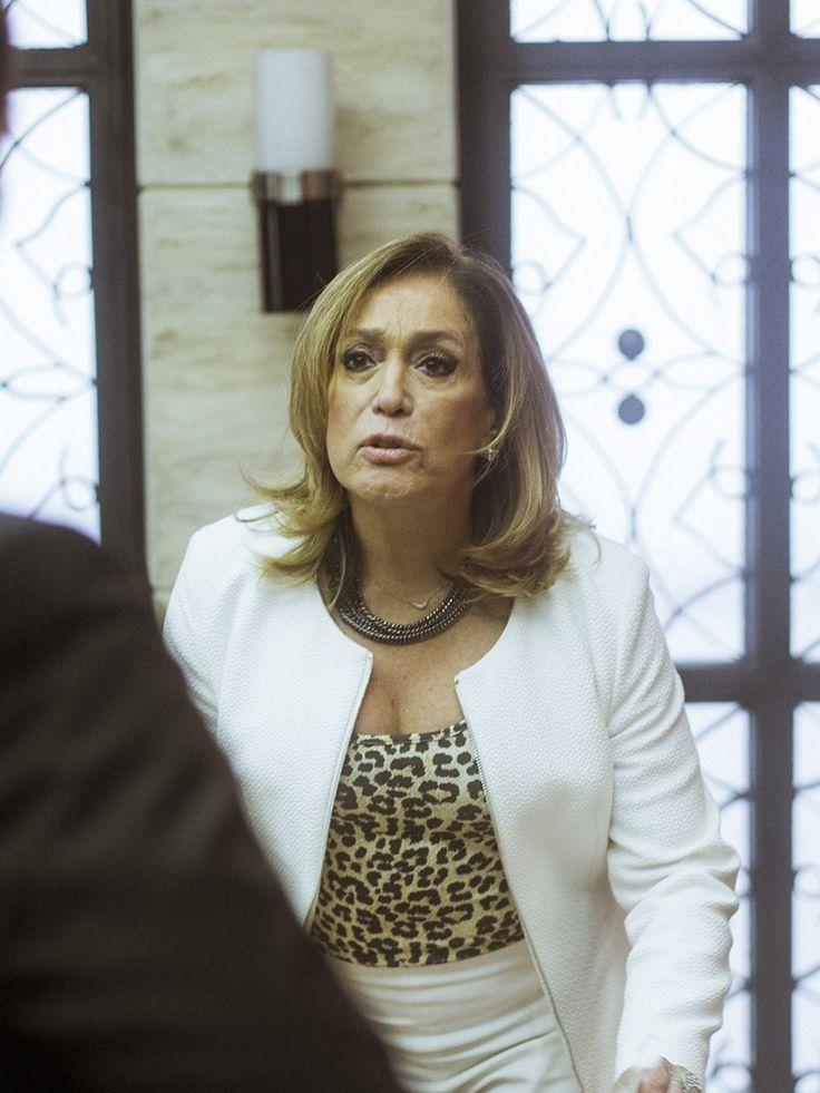Cora usa look ousado com blusa animal print [Raphael Dias/Gshow]