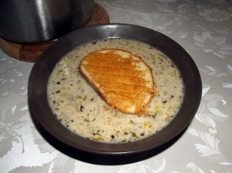 Francia hagymaleves recept pirítóssal: A klasszikus francia hagymaleves kicsit továbbgondolt változata, sajttal grillezett pirítóssal tálalva. http://aprosef.hu/francia_hagymaleves_recept_II