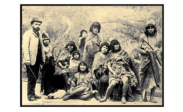 """Zoológicos Humanos: La Vergonzosa """"Exportación"""" Chilena – Foto: El empresario Maurice Maitre junto a un grupo selk'nam en la Exposición Universal de París del año 1889"""