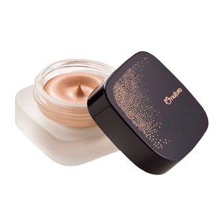 Con la ayuda de un cepillo o los dedos aplicar pequeñas cantidades del producto en la cara, siempre con movimientos desde adentro hacia fuera.