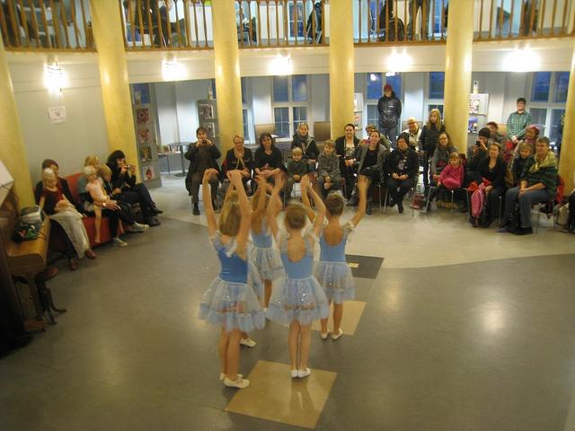 Tanssiesitys Kallion kirjastossa