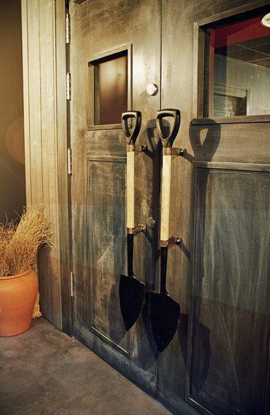 Puerta de entrada con originales tiradores.