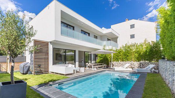 Architekti měli za úkol navrhnout co největší dům na relativně malé parcele, kde bylo potřeba nechat dost prostoru pro běžné venkovní aktivity rodiny.