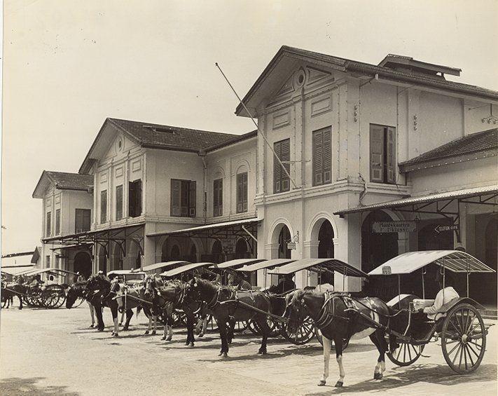Koetsjes bij het treinstation in Medan, Sumatra, Indonesië (1936)