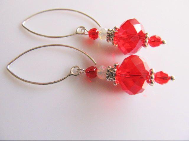 Oorbellen Shiny Red kristalglas rondel facet met swarovski kristalglas en wit rondel kristalglas kraaltje. geheel zilver met mooie beetje bolle oorhaak. geheel zilver.