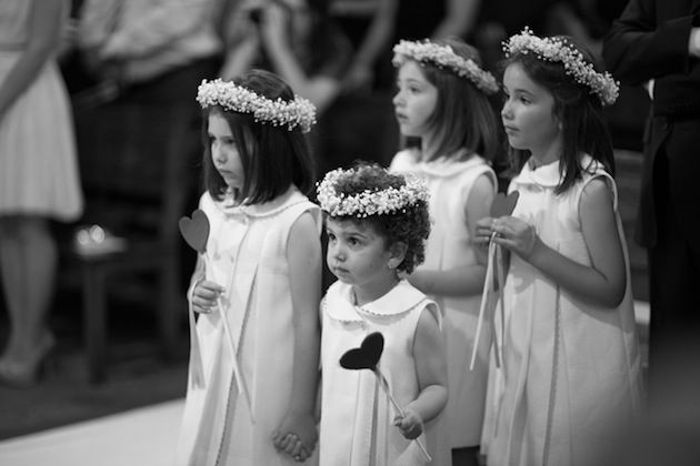 Flower girls carrying heart wands! photo by @Brancoprata