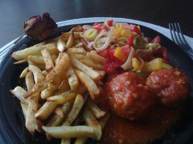 Parowane mielone w sosie pomidorowo-bazyliowym.