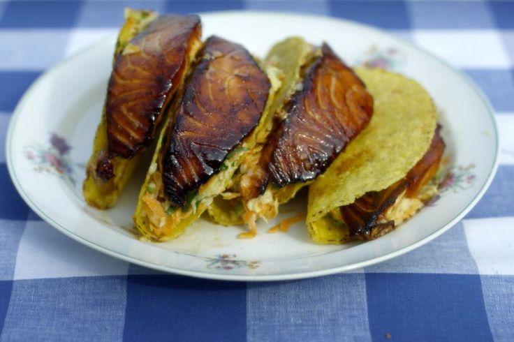 Uit het vuistje eten is altijd plezant. Als de zon nog van de partij is kan je buiten genieten van een goed gevulde taco. De krokante schelpen van maisbeslag koop je kant-en-klaar. Jeroen vult ze met een rijkelijke groentesalade op basis van witte kool en kortgebakken zalm, zout-zoet-en-zuur gekarameliseerd in sojasaus, honing en limoen. Dit is fast-food op z