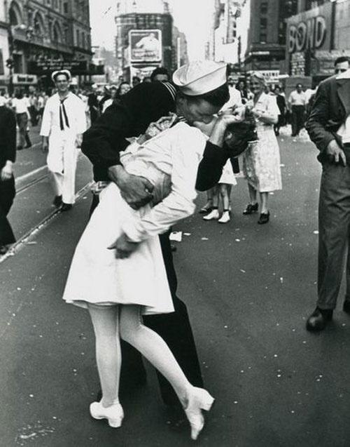 Il Bacio più famoso al mondo era in realtà una violenza: scattato il giorno in cui il Giappone si arrese agli Stati Uniti nell'agosto del 1945 non ritraeva una coppia di innamorati bensì un un marinaio ubriaco ed un'igienista dentale ignara di quanto stesse per accaderle.   (Credits: Alfred Eisenstaedt)