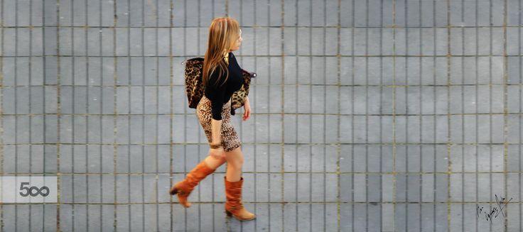 Mujer paseando por la plazoleta en Bogotá Colombia