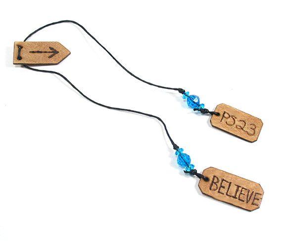 Salmo 23 y creo madera quemada marcador- Este marcador único, con diseño de madera quemado, se quema totalmente a mano en madera de abedul y también ha teñido y sellado a mano. El marcador tiene una flecha de madera que se desliza arriba y abajo el cable así que usted puede marcar el