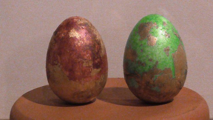 This video presents how to decorate styrofoam eggs with gold leaf, metallic tempera and glue Αυτό το βίντεο παρουσιάζει πως διακοσμώ αυγά από φελιζόλ με φύλλο χρυσού, μεταλλική τέμπερα και κόλλα