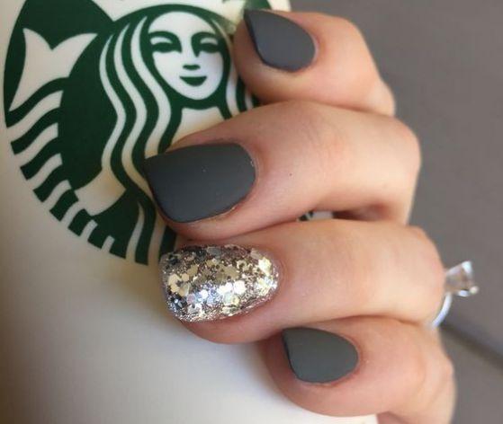 diseño de uñas negras con accesorios