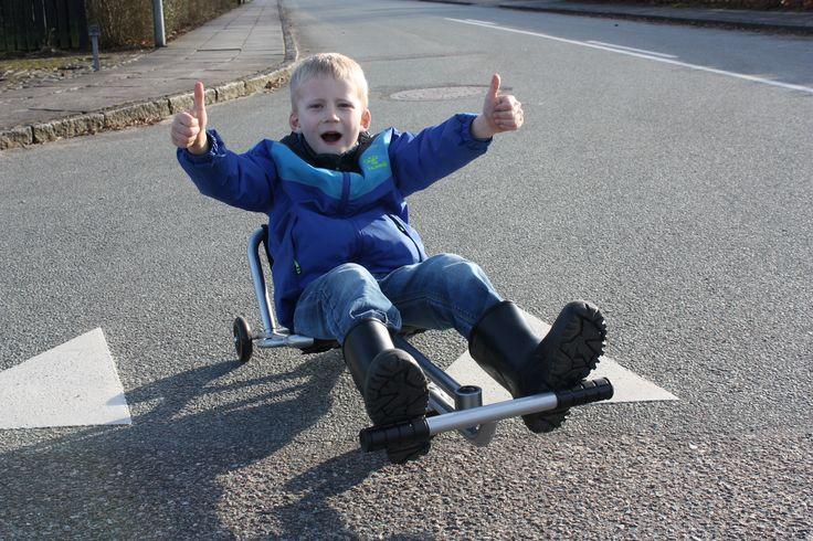 Lagerchefen i Legebyen havde en Swingroller med hjem til sønnike Magnus, som hyggede sig helt vildt med at være første dreng, der fik lov at prøve det sjove køretøj. Vi har #Swingroller i to størrelser på Legebyen.dk