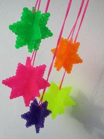 ~Hippe kerstdecoratie: neon sterren van strijkkralen gemaakt~