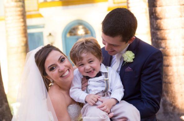 Ricardo Hara Fotografia. Pajém de casamento com noivos em cerimônia ao ar livre e de dia. Fotografia: Ricardo Hara. Pajém com noivos em dia de casamento ao ar livre e rústico. Inspiração para casamentos.