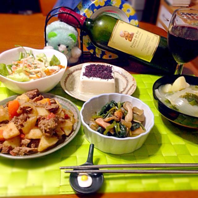 昨晩の深夜の晩餐  ちょっとアジアンチックな味付けの肉ジャガ 梅紫蘇冷奴 ほうれん草とキノコのソテー 具沢山味噌汁 赤ワイン - 81件のもぐもぐ - 肉ジャガ by manilalaki