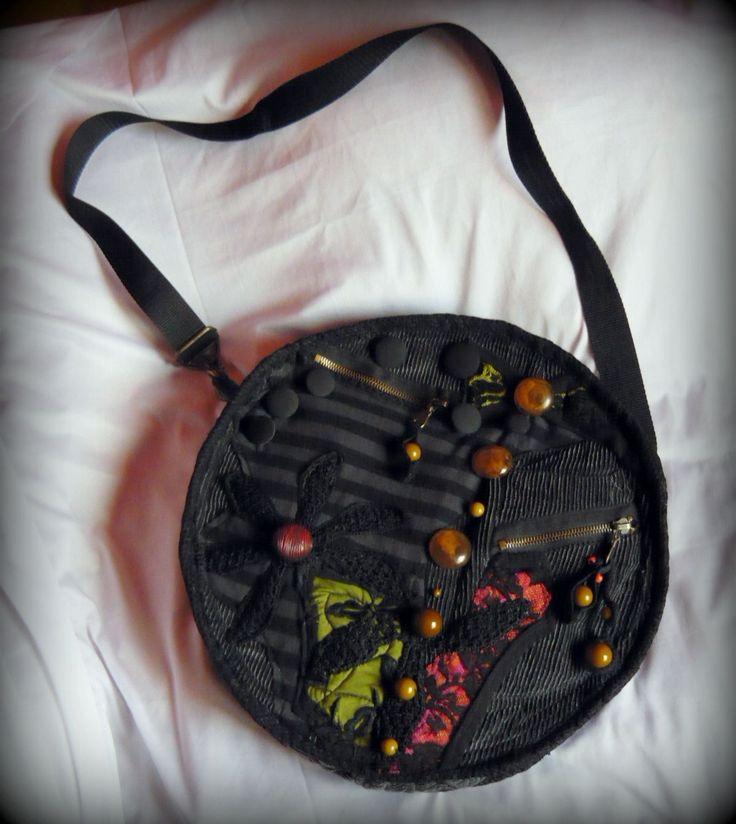 Szürke bohém körtáska -Handmade by Judy Majoros: Szürkés kordbársony alapra készítettem ezt a gazdagon díszített táskát. Többféle színes pamut és csipke, valamint sok gyöngy, és gomb díszíti.  Vízhatlan anyag lett belevarrva, ami tartást ad a táskának, de ezen kívül, alsó részére műanyag kör merevítést is kapott. Eleje és hátulja különböző képen lett díszítve.  Elején 3 zseb található. Belseje bélésselyemmel lett bélelve, és többféle csipkével lett díszítve. Három zseb található benne.