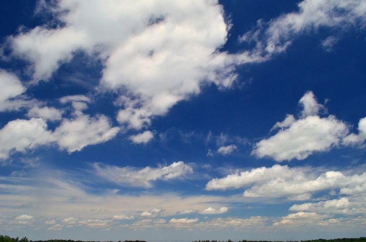 Летний день, бездонное небо, глубина голубизны. Наш мир удивителен, стоит только посмотреть вверх, чтобы понять это) Или залезть глубоко под землю и вернуться ;)  С уважением к приключениям, команда hikeup.net
