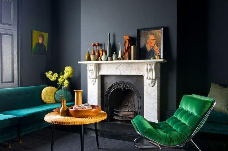 60+ идей сочетания зеленого цвета в интерьере: правила оформления и цвета-партнеры http://happymodern.ru/sochetanie-zelenogo-cveta-v-interere/ Зеленая мебель в темно-серой гостинной