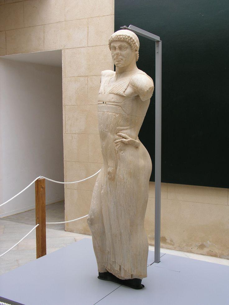 ll Giovane di Mozia  450 a.C.-440 a.C., conservata al Museo Whithaker a Mozia (Marsala), in provincia di Trapani. La statua (1,81 m) raffigura una figura maschile panneggiata, forse un auriga, di scuola greca, ritrovata nel 1979 durante alcuni scavi. Altre ipotesi ritengono potesse essere un dio (in particolare Mlkart/Ercole). Il braccio  sinistro è appoggiato sul fianco, dove ancora si vedono i resti della mano. Il giovinetto indossa una leggera tunica e sfoggia uno sguardo fiero.