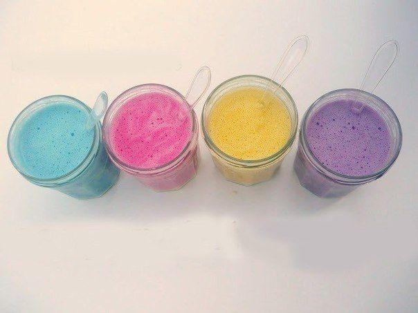 Рецепт красок для рисования пальчиками  - 0.5 кг муки  - 5 ст.ложек соли  - 2 ст.ложки растительного масла  - вода (до консистенции сметаны)  Перемешиваем миксером, массу разливаем в отдельные баночки, добавляем пищевой краситель (свекольный или морковный сок, отвар чая каркаде, как вариант – пасхальные наборы), перемешиваем.  В награду вас ждёт звонкий смех счастливого ребёнка!