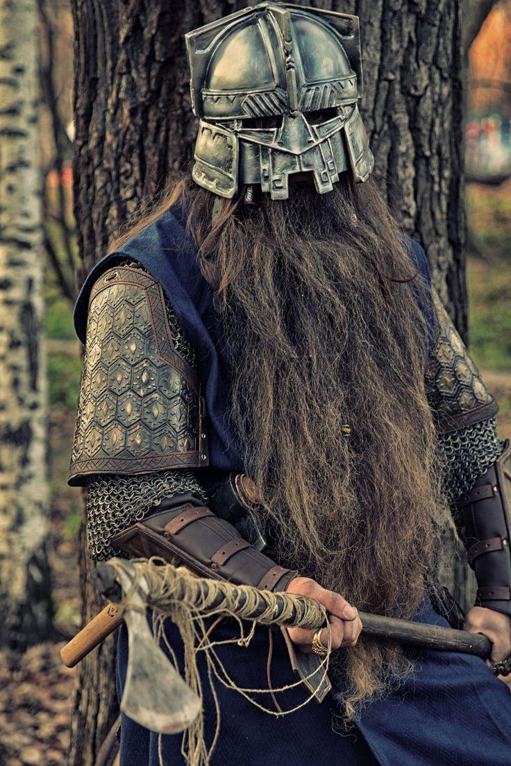 Een dwerg krijger uit Hastaria. Aan zijn helm is goed te zien hoeveel waarde de Hastarianen aan vakmanschap hechten.