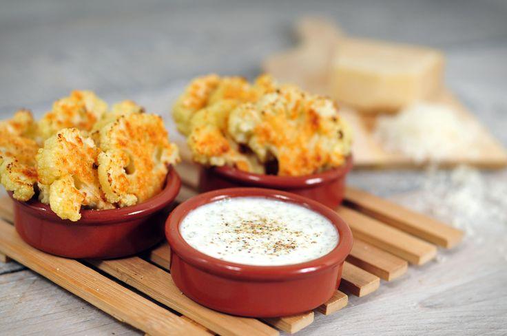 Gegrilde bloemkoolroosjes met Parmezaanse kaas en yoghurtdip