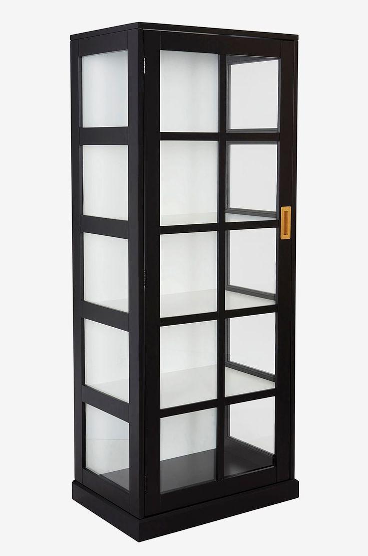 Visa upp dina finaste saker hemma i ett vitrinskåp. Dörr i glas med mässingsbeslag som inte tar onödig plats. De djupa hyllorna gör att du får plats med mycket. Material: Trä och glas. Storlek: Höjd 153 cm, bredd 60 cm, djup 41 cm. Beskrivning: Vitrinskåp i mdf med dörr i glas och mässingsbeslag. Levereras omonterat. Monteringsanvisning medföljer. Skötselråd: Torkas med fuktig trasa. Tips/råd: Låt detaljer som mässing gå igenom i fler produkter i rummet. En del av våra lampor finns i båd...