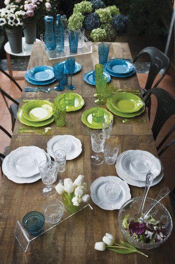 """Collezione """"home"""". piatti e bicchieri in plexiglas bianchi, verdi e blu, disponibili anche in molti altri colori."""