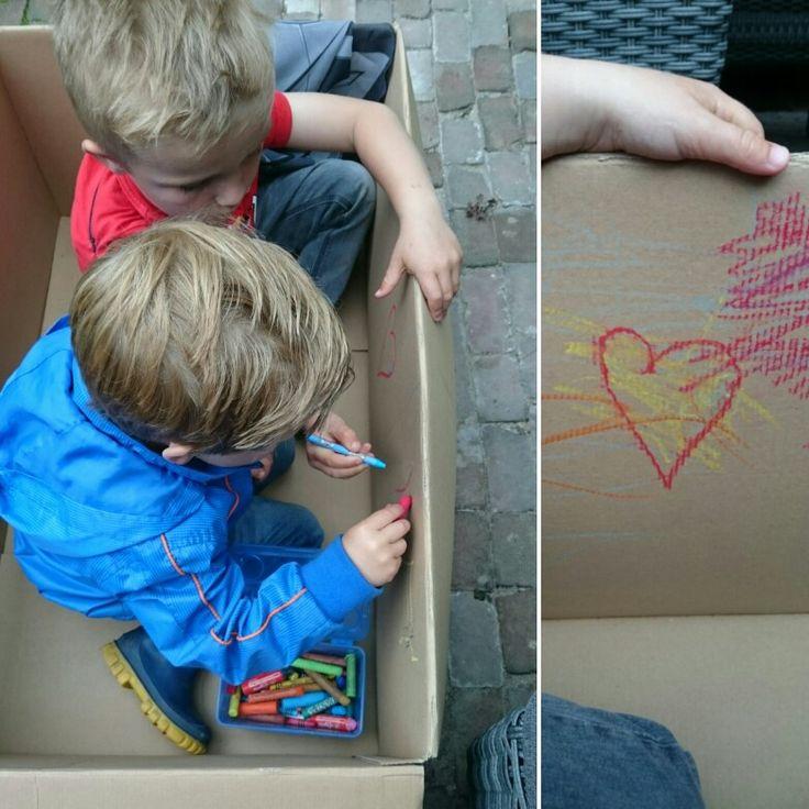 Tekenen in een grote doos is leuk!