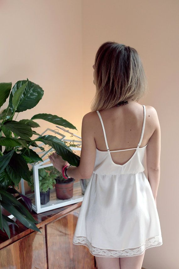 Romantic nighty in cream white, made of shiny cotton. With open back and lace detailing, it makes a perfect Valentine's Day gift!