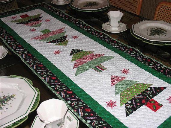 Camino de mesa bordado Reversible Navidad por DesignsSolutionsEtc