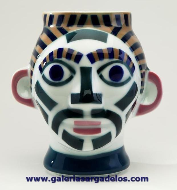 Cabeza de Sargadelos, con los colores y vitrificado habitual de esta cerámica.    Se puede ensamblar con la femenina, ya que encajan una sobre la otra.