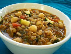 Marrokaanse harira soep (ui, bleekselderij, kaneel, paprikapoeder, gember, komijn, chilivlokken, zout, ontvelde tomaten, kikkererwten, bruine linzen, citroensap, tomatenpuree); veganistisch