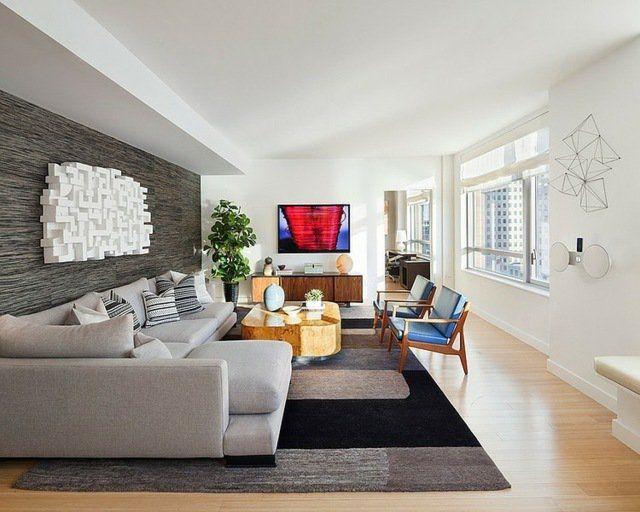 décoration intérieur salon: objets de design abstrait et fauteuils vintage
